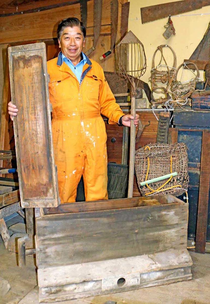 鉄鉱山に関係する道具などを公開する三浦さん