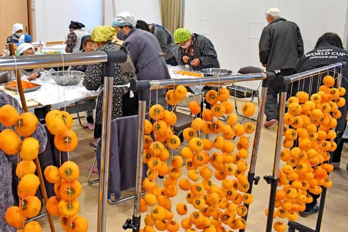 手練の技で柿の皮むき作業が順調に進められた