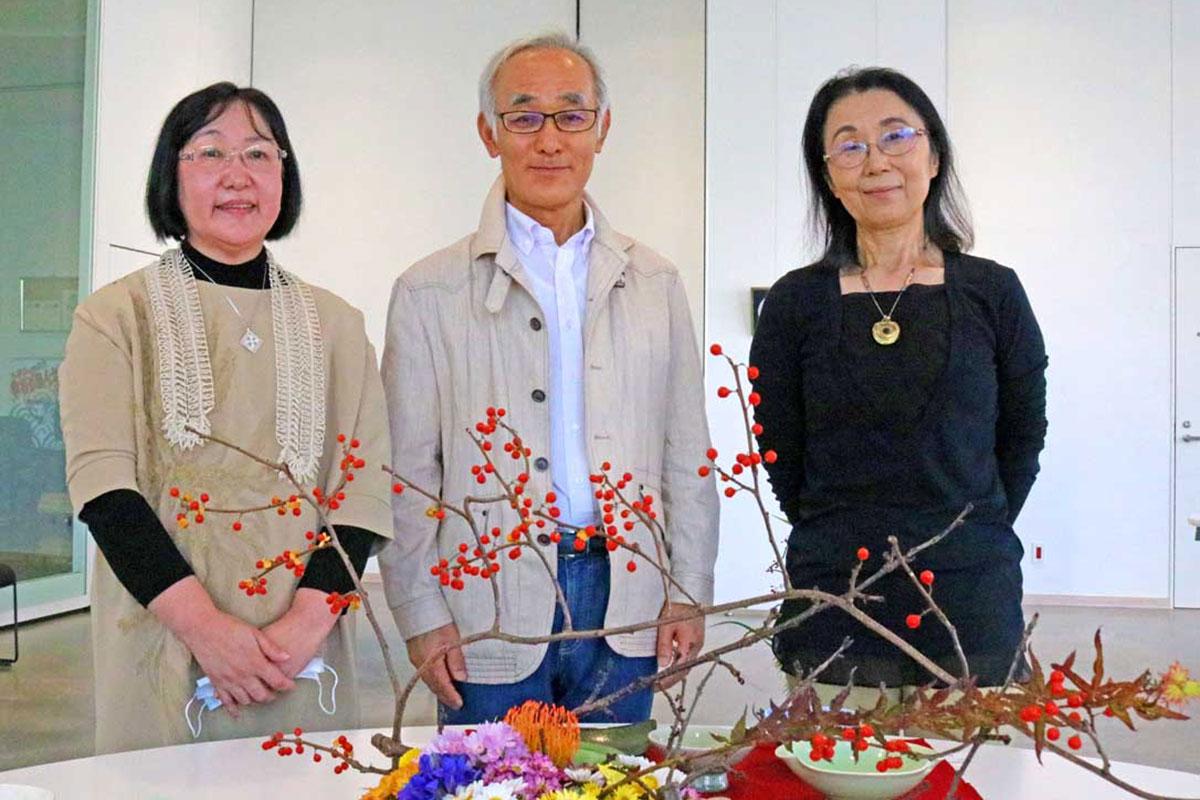 作品展を開いた石井美智子さん、海老原正人さん、黒澤寿子さん(左から)