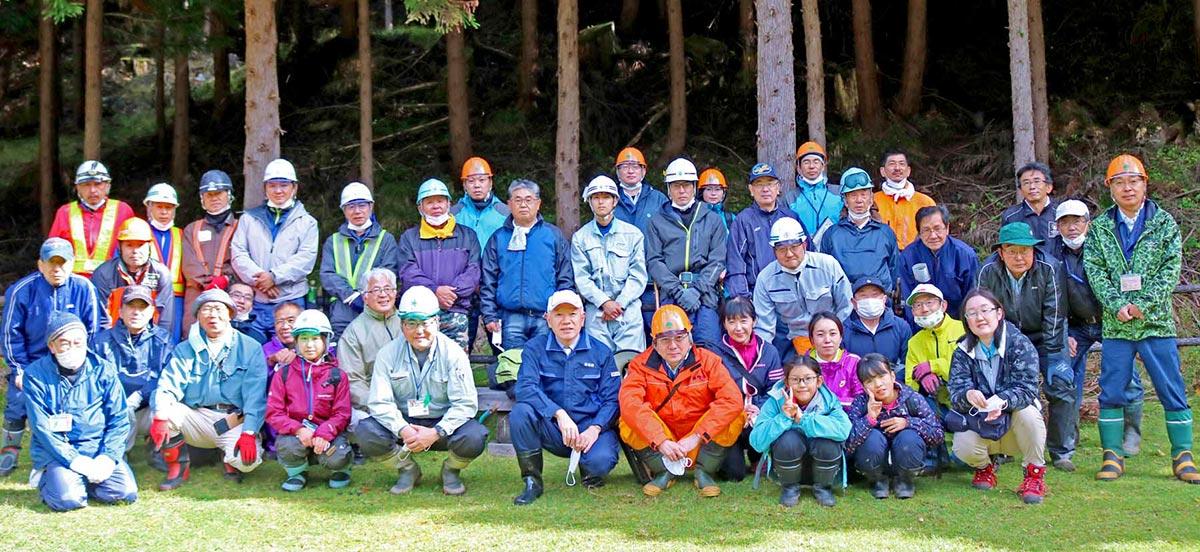 広葉樹の森復活へ作業に尽力した参加者