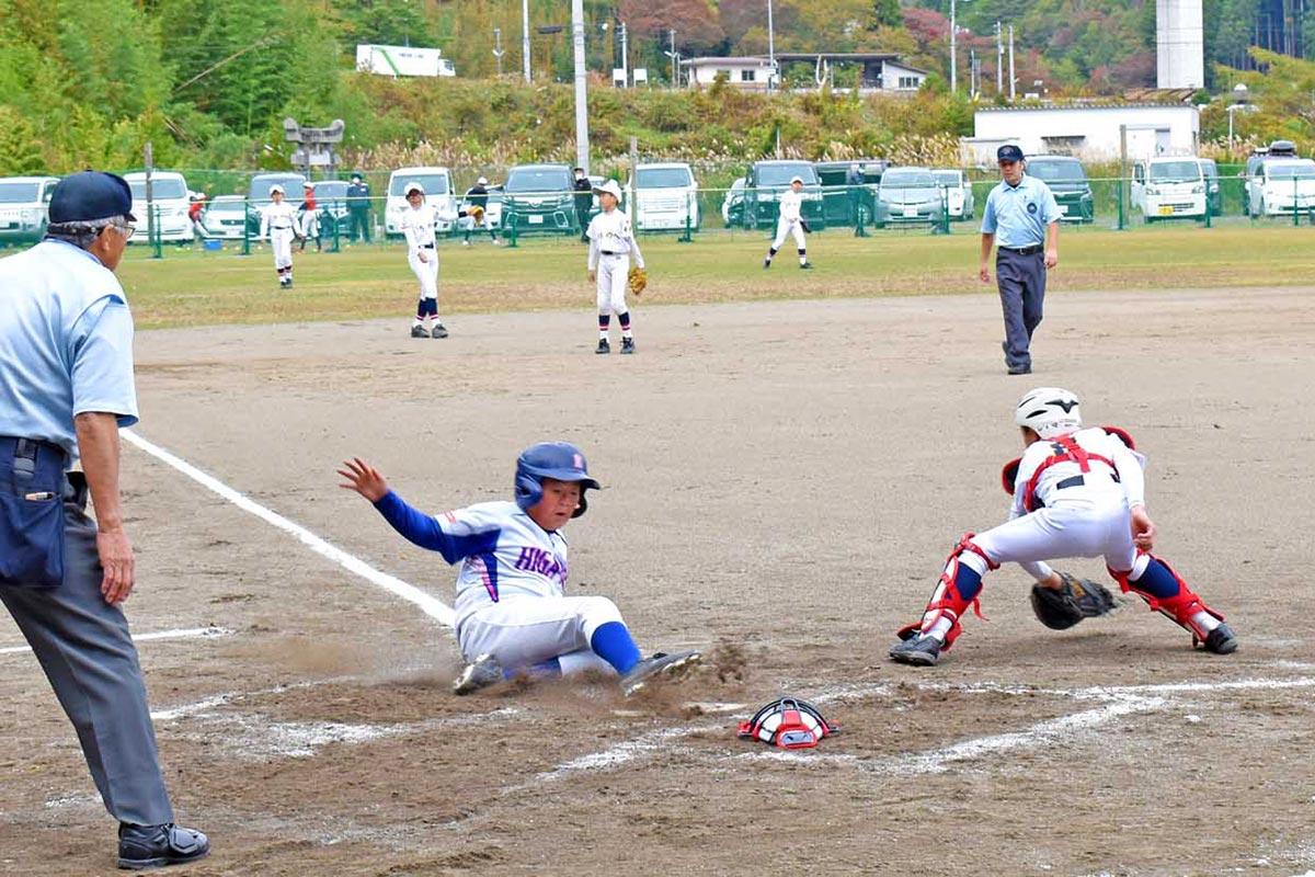 準々決勝で「いちのへ」(守備)に快勝した釜石東ジュニア=1日、唐丹グラウンド
