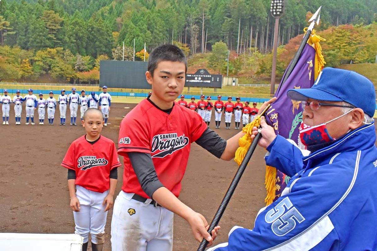 「天童よしみ絆旗」をオール豊間根に贈る下村五五男会長(右)