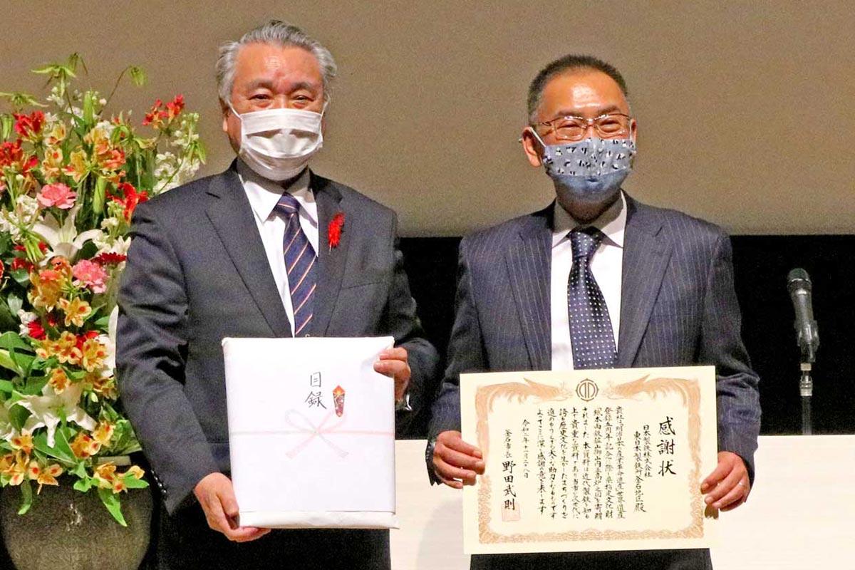 絵巻の寄贈式に出席した東日本製鉄所の大津芳久副所長(右)と野田武則市長