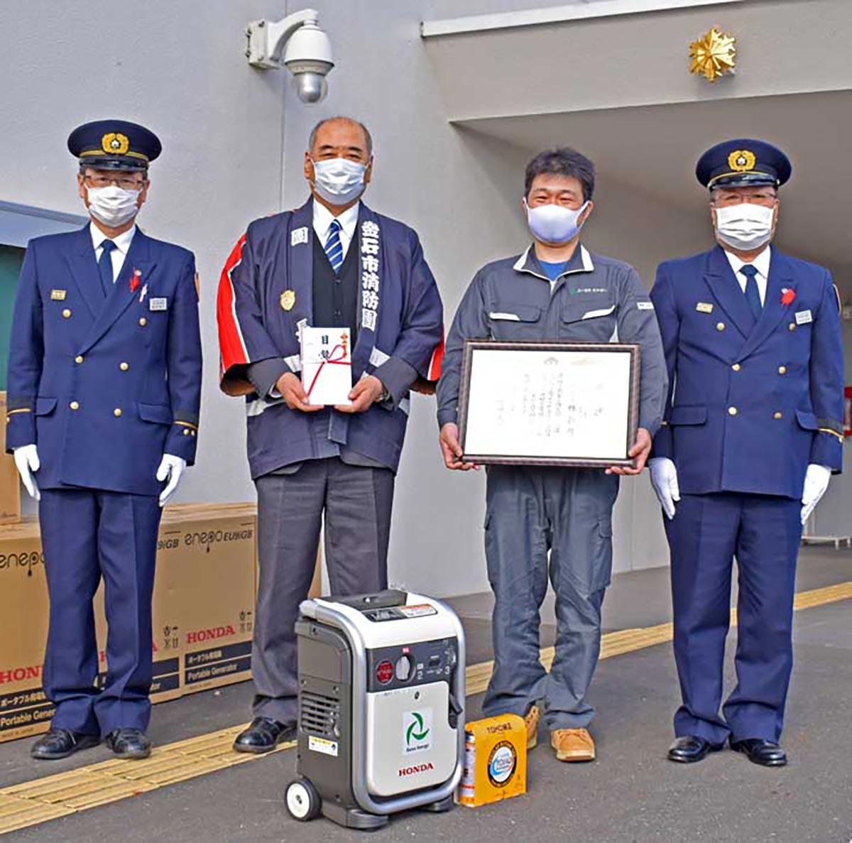市消防団へ発電機12基を贈り、市長感謝状を受けたユーラスエナジー釜石の奥山さん(右から2人目)