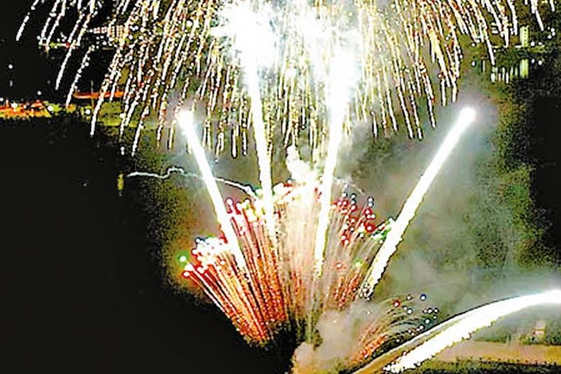 歳末の釜石港を彩る「雪月花」〜釜石商工会議所青年部、花火をプレゼント
