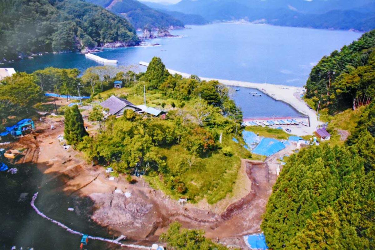 屋形遺跡の全景。大石漁港と唐丹湾(釜石市の空撮資料)