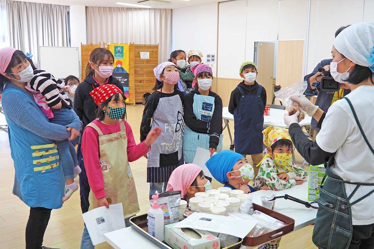 カンパンを使った菓子作りを通じ防災食への理解を深めた参加者