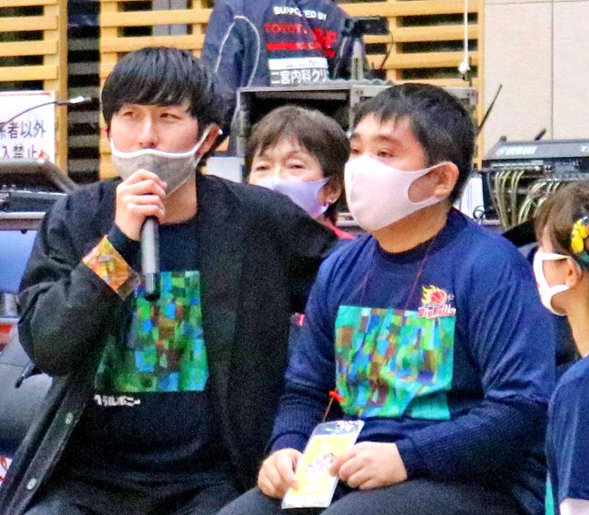 復興祈念ユニホームについて紹介する小林覚さん(右)と松田文登副社長