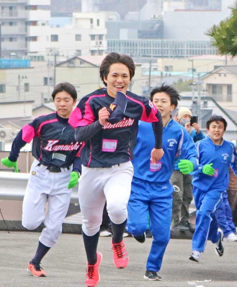 ゴール前でラストスパートを見せる中学生。日ごろからスポーツで鍛えているだけあって余裕の表情⁉