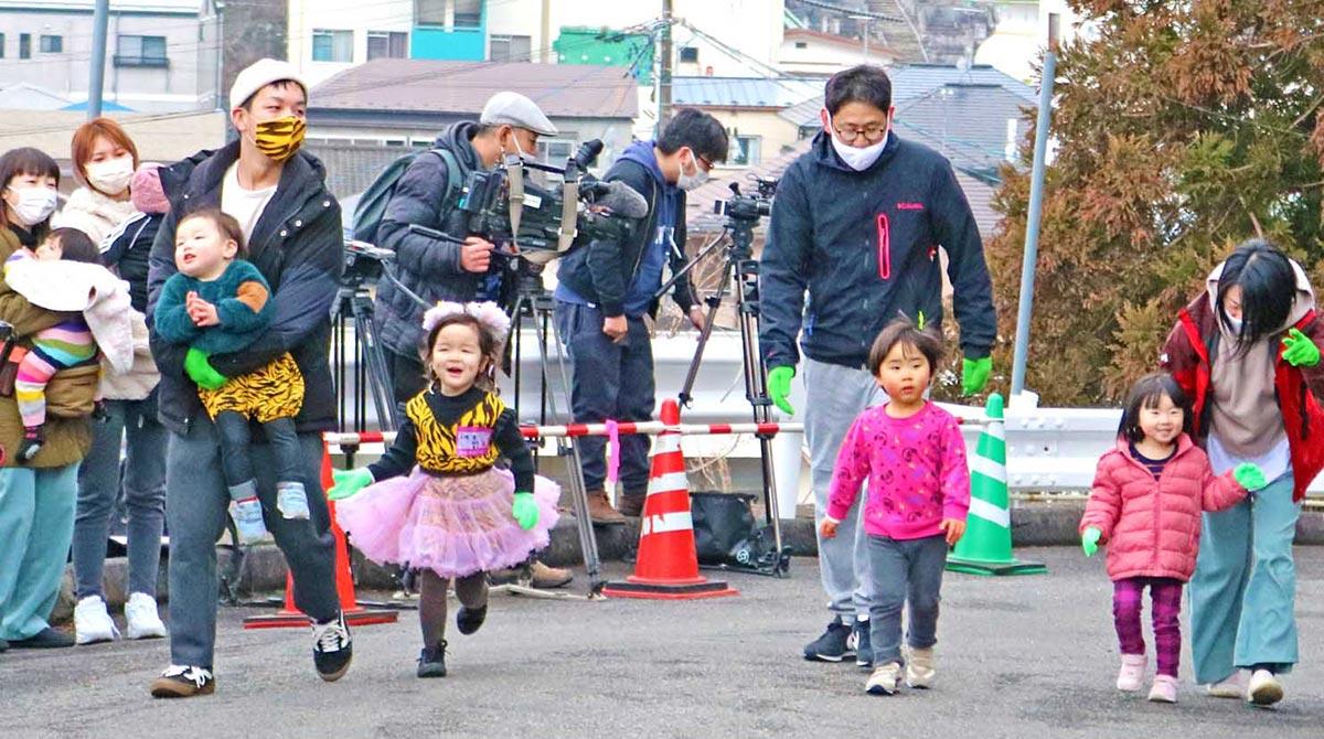 ゴールまであと少し。幼児も父母らとがんばって坂を登る