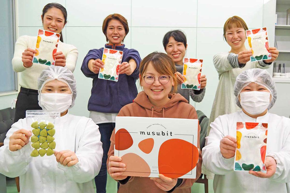 新たな製品づくりでは菊地菜月さん(前列中)を中心に女性たちが活躍
