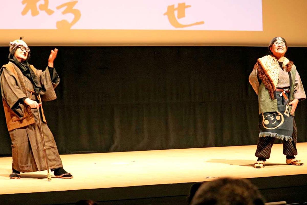 藤原さん(右)と磯崎さんによる方言劇「なもす」劇場