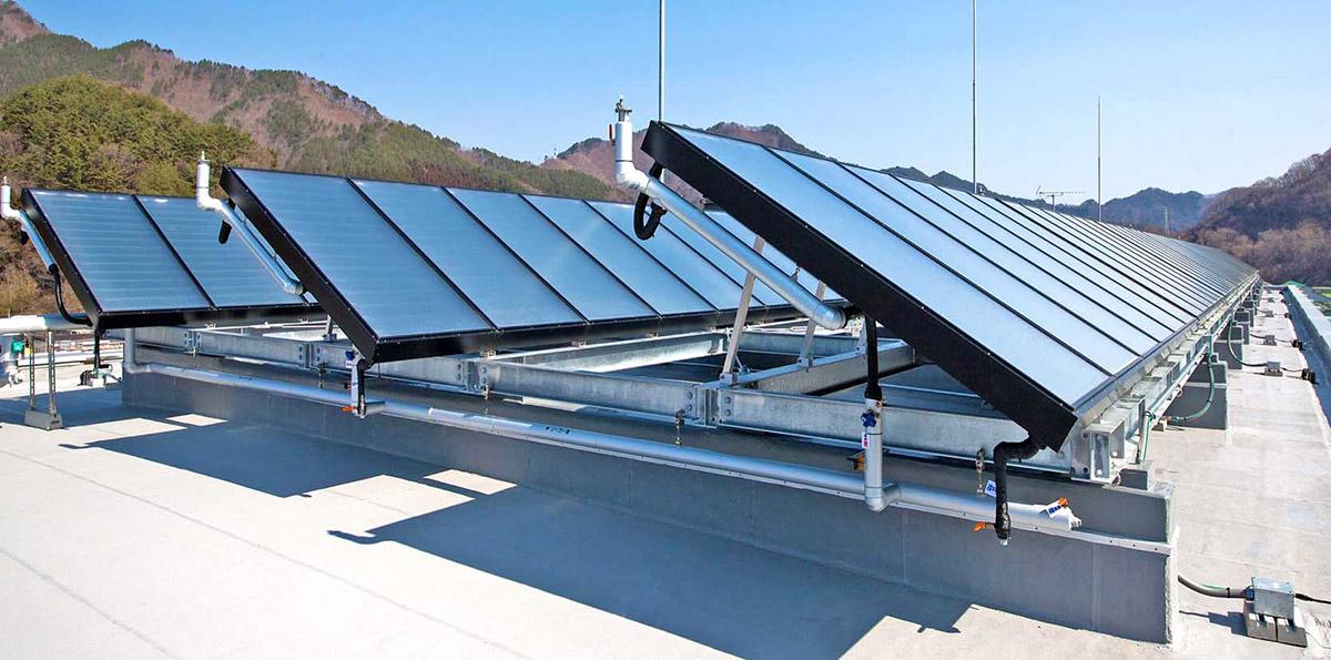 太陽熱を利用した温水器も備えられており、復興住宅の屋上でパネルが活躍する