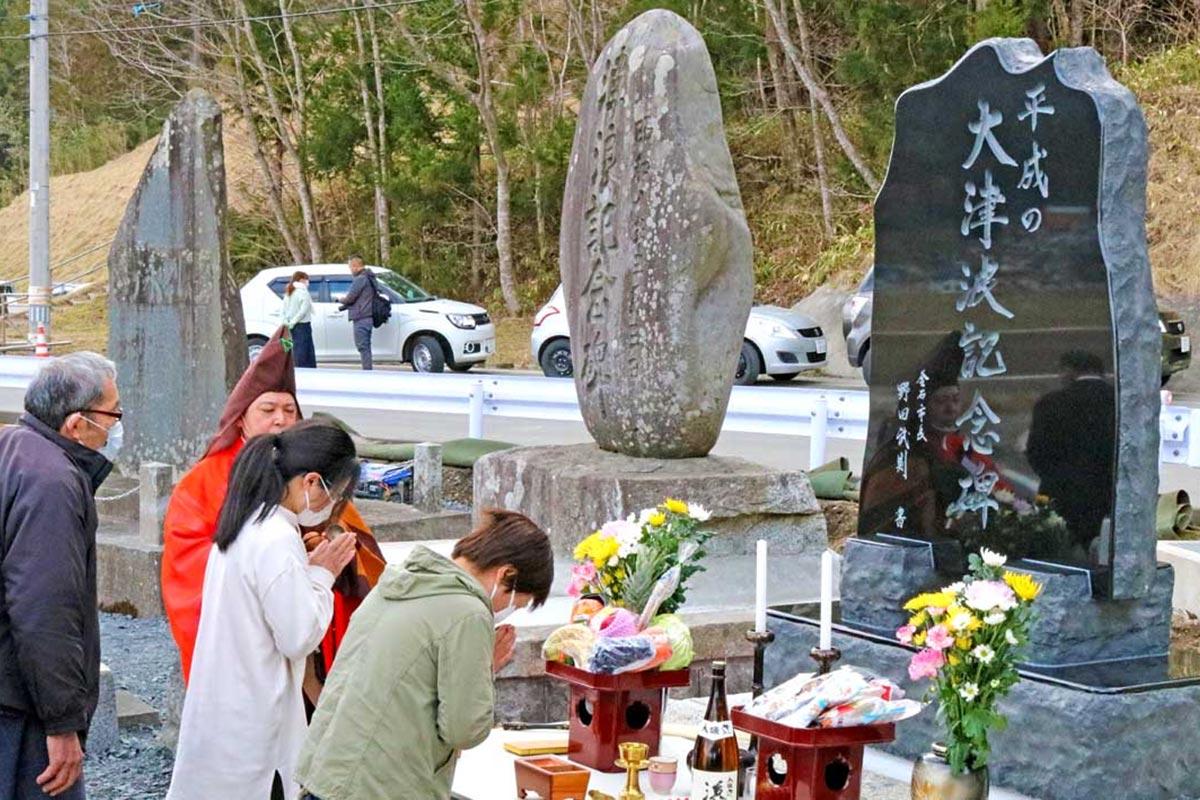 明治、昭和、平成(左から)の津波の石碑が並んだ箱崎地区