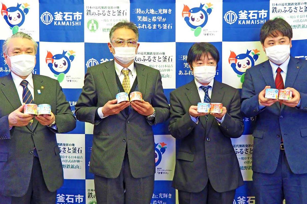 共同開発したご飯の缶詰をPRする双日食料水産と津田商店の関係者ら
