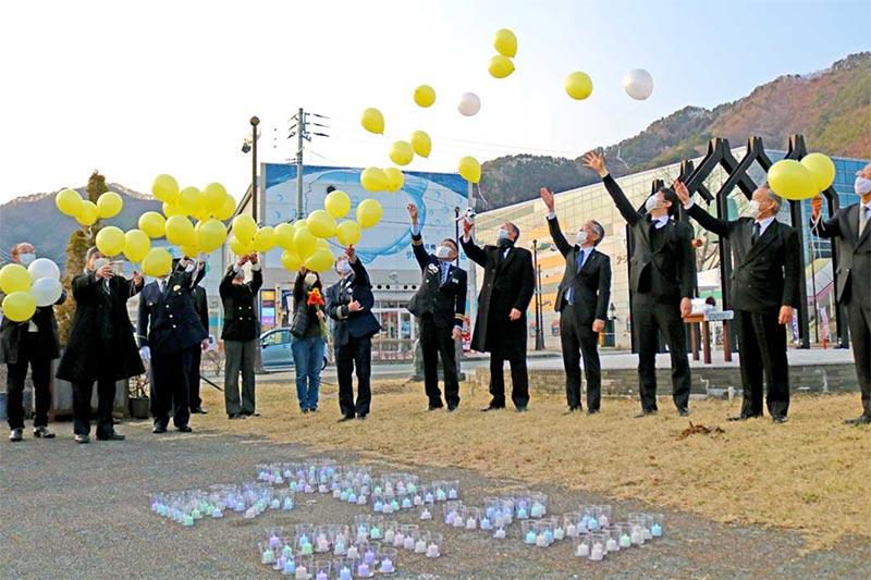 10年響く「復興の鐘」、希望を託しバルーン放つ〜釜石駅前追悼行事