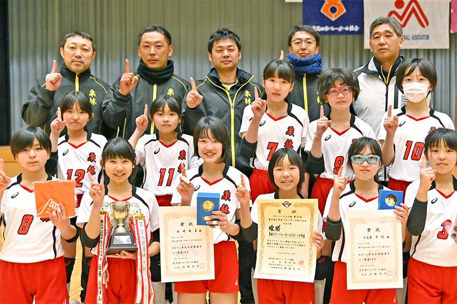 県レベルのバレーボール大会で初めての優勝を飾った栗林ラビ—の主力選手と指導者