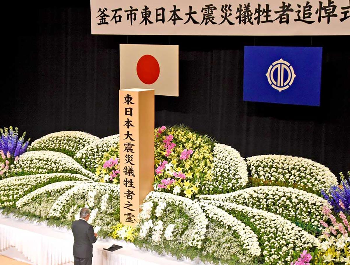 震災犠牲者の霊に向かい追悼の言葉を述べる野田市長