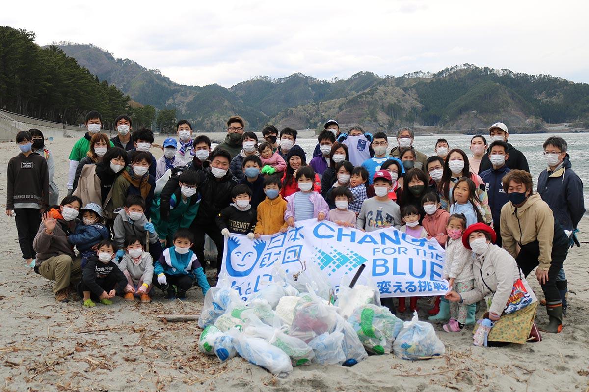 約1時間半の清掃活動に取り組んだ参加者。今夏の海開きに期待!!