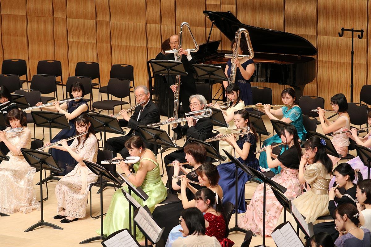 ①各種のフルートで奏でるオーケストラは圧巻