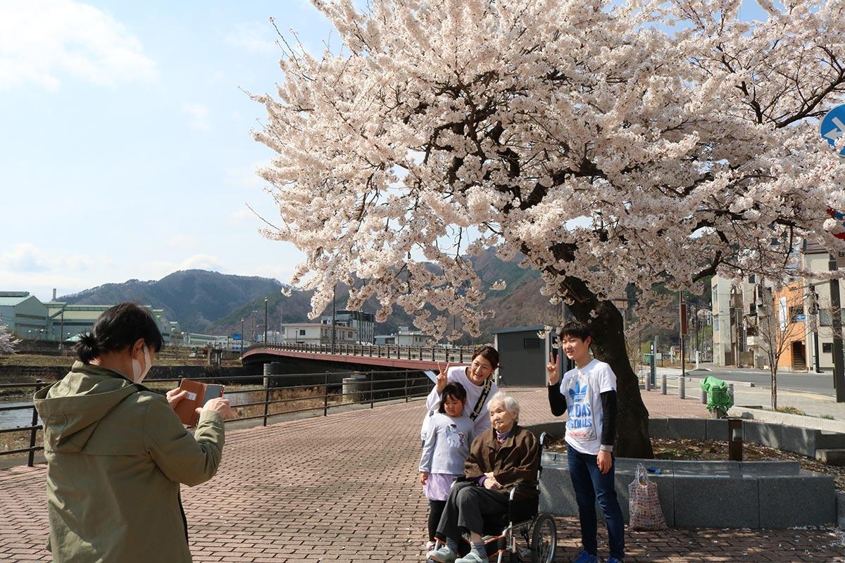 津波に耐えた桜の前で笑顔も満開!=大渡町橋詰広場