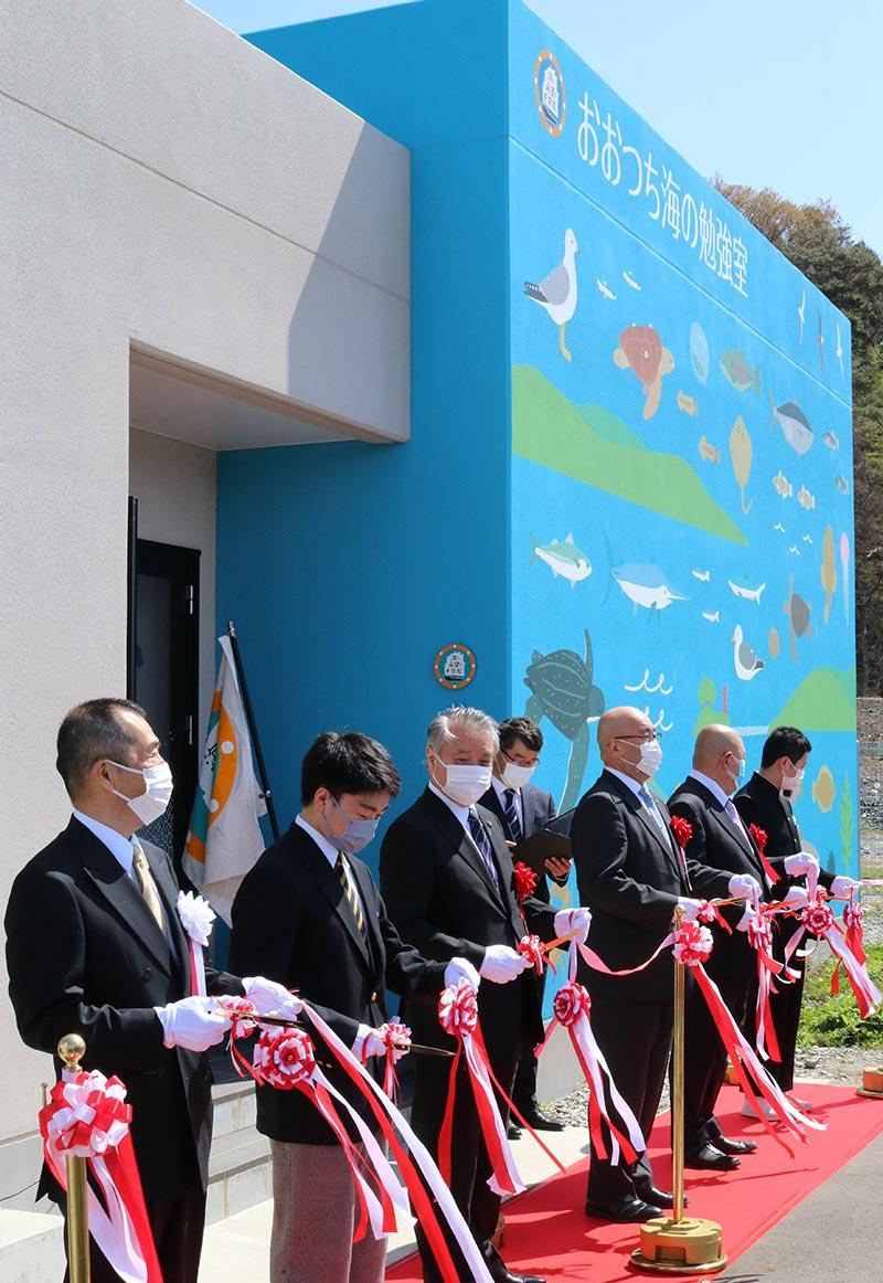 施設の入り口で行われた式典出席者によるテープカット