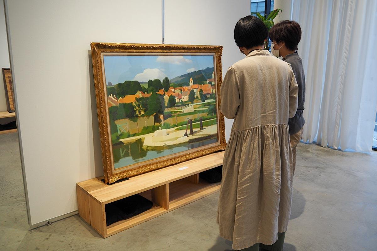 開館に合わせ企業経営者から贈られた絵画「農村」。作者不明となっているが・・・