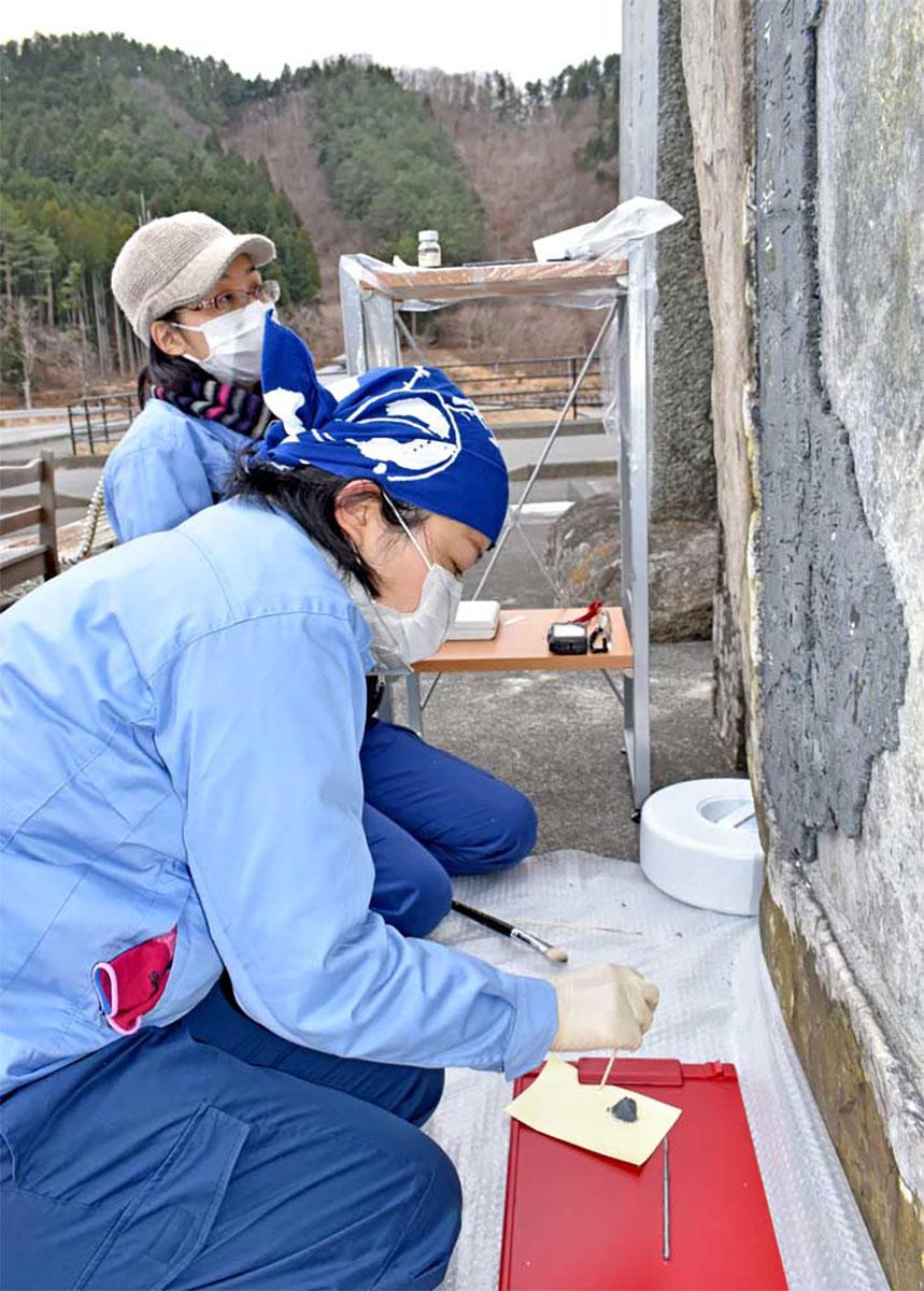 津波記念碑を大震災遺構とする修復作業