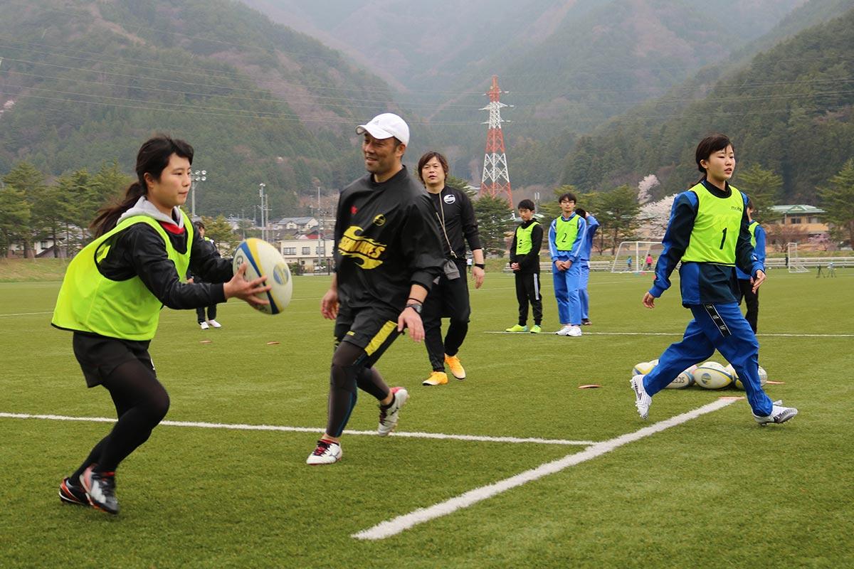 体験会でパス練習に挑む中学生=4日、市球技場