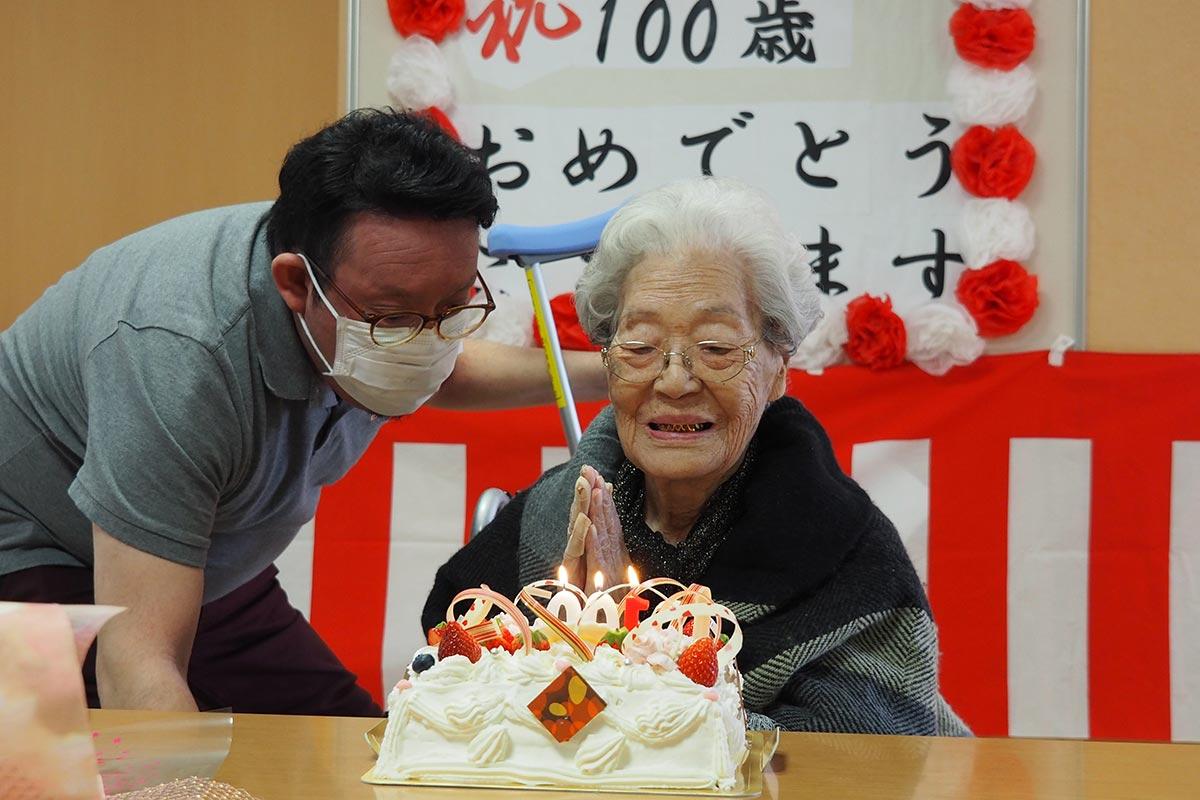 「ありがとう」。バースデーケーキに思わず笑みをこぼす泉澤さん(右)