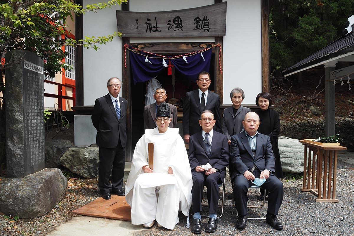 鎮魂社の例大祭に参列した遺族ら関係者