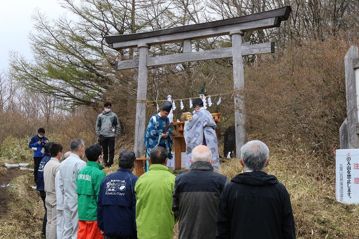 赤坂峠登山口で行われた安全祈願祭