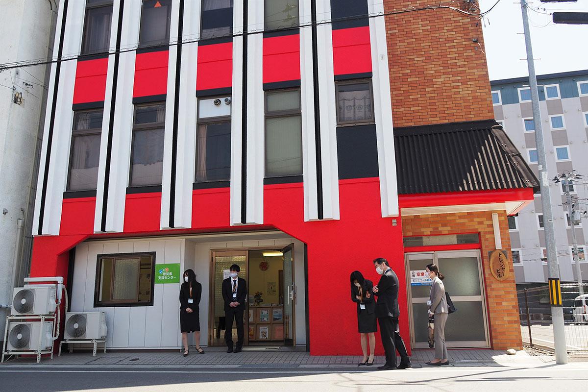 赤と黒のペイントが目を引くビルの1階に開設された大「いわて被災者支援センター」