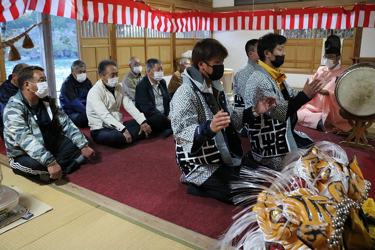 宵宮祭で神前に玉串をささげ、地域の平穏を祈る住民ら