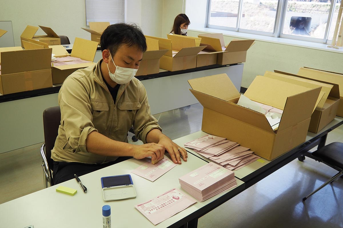 自動車税納付通知書の発送準備をする沿岸振興局職員