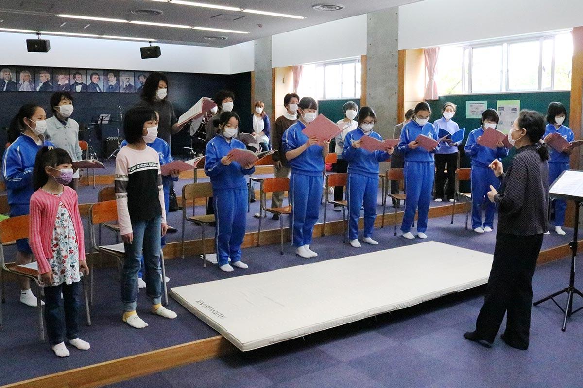 「翳った太陽」を歌う会合同練習=釜石中音楽室