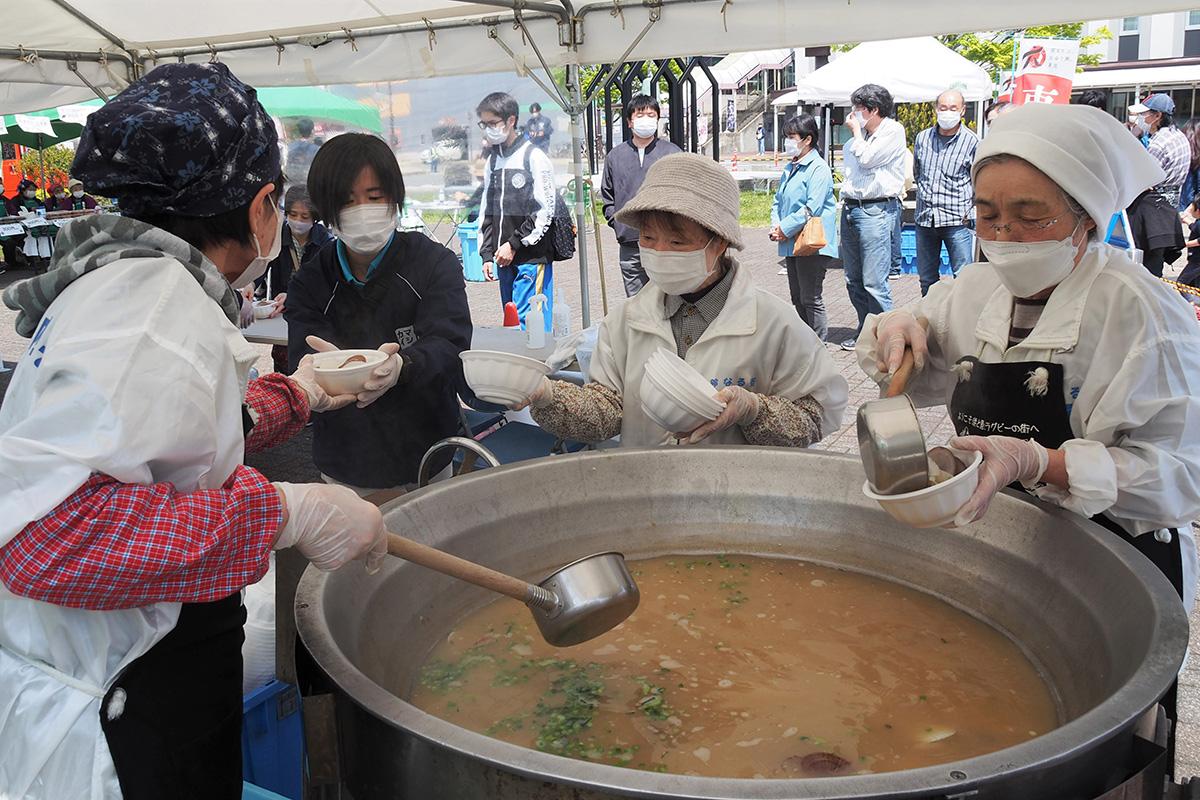 ホタテ稚貝汁のお振る舞いは列ができ、1時間足らずで大鍋が空になった