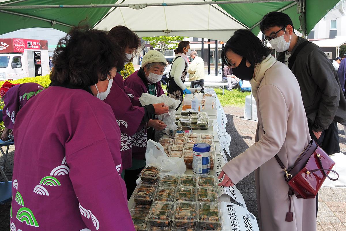 訪れた人たちは海産物を使った加工品の販売ブースで品定めを楽しんだ