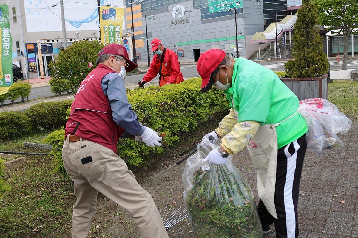 機械で刈った草はごみ袋に入れて回収された