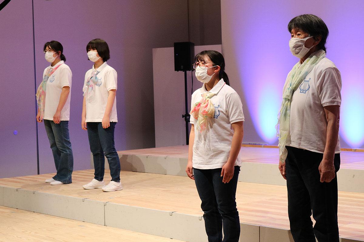 4人で心を合わせ、美しいハーモニーを届けるメンバー。アニメ曲や童謡・唱歌メドレーで楽しませた