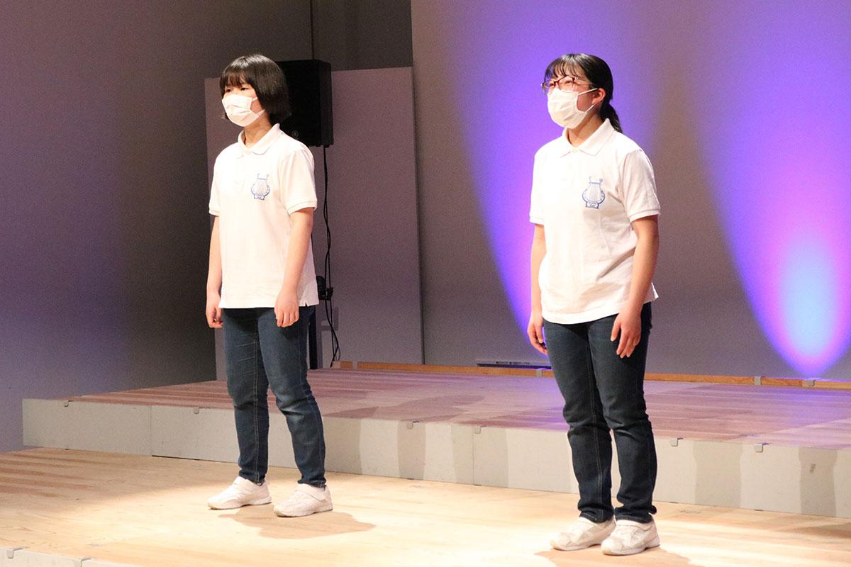 釜石高3年の石山友里花さん(右)、同1年の千代川陽琉さんはフレッシュな歌声で「ひこうき雲」を披露