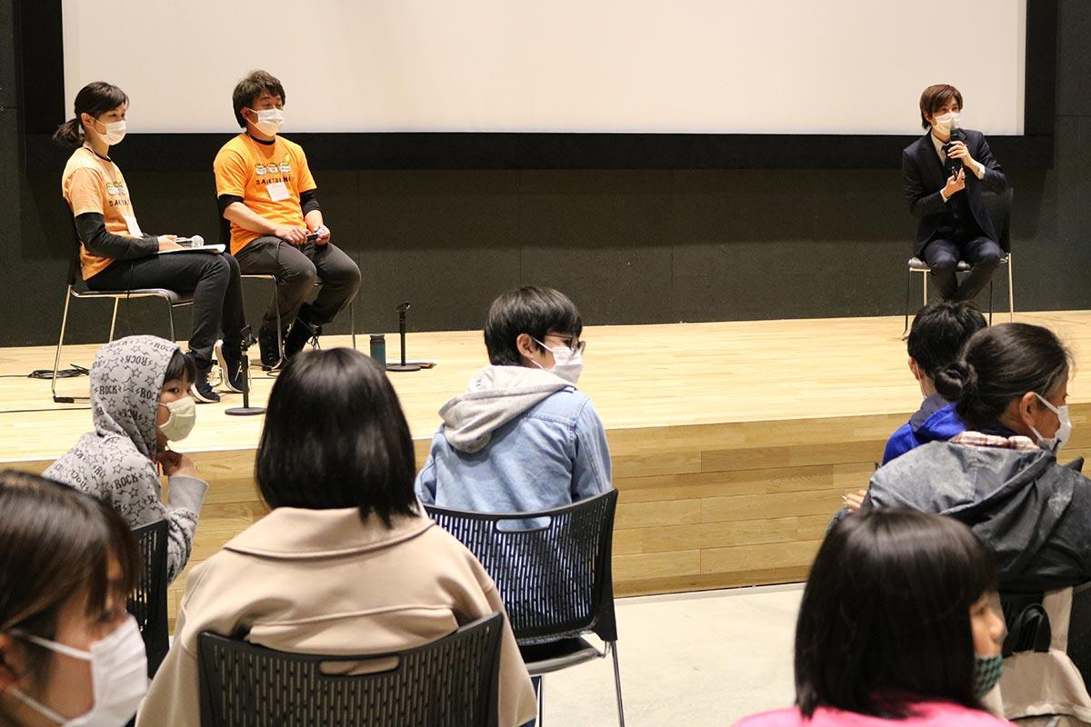 オンライン学習塾開設の趣旨などを説明する三陸ひとつなぎ自然学校の伊藤聡代表(ステージ左から2人目)とSoRaStarsの山崎智樹代表(同右)