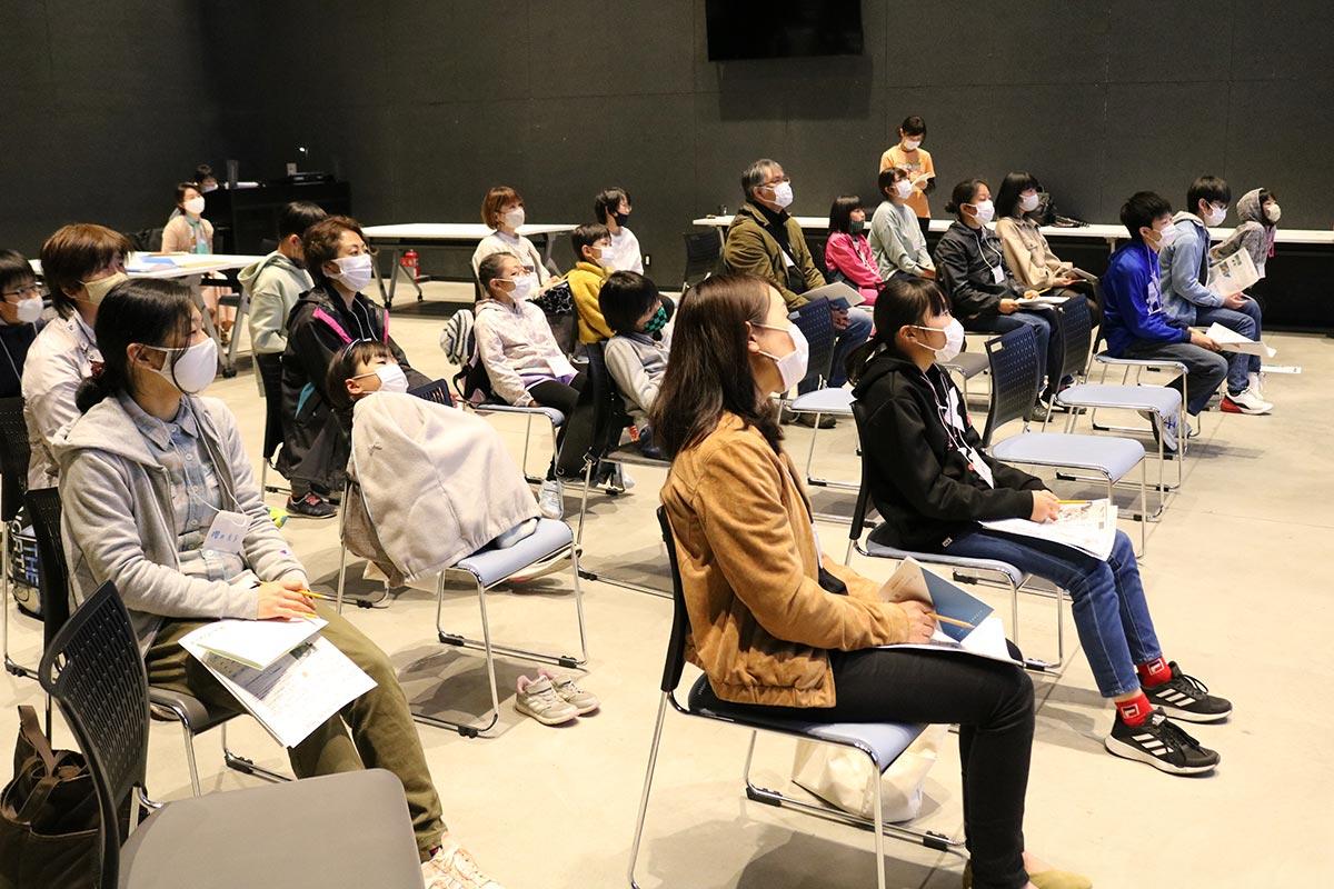 釜石で受けられる指導について聞く説明会の参加者