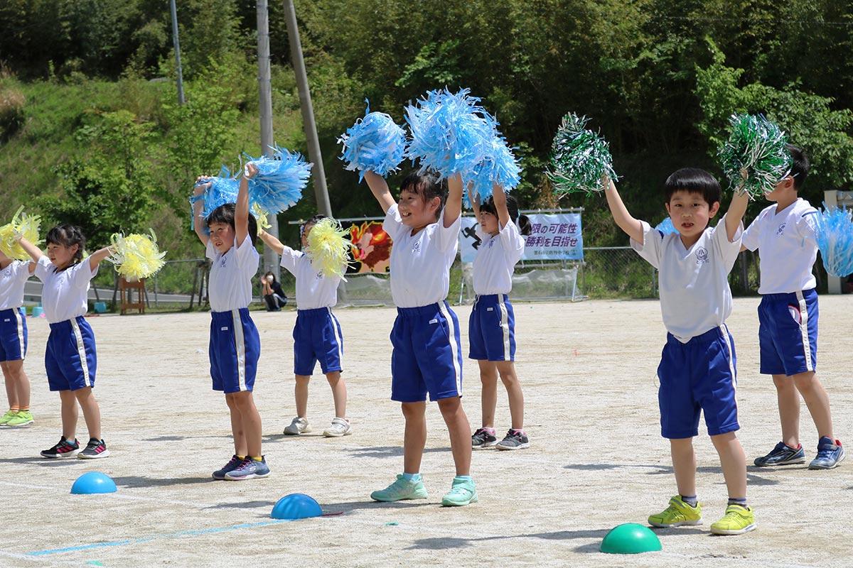 小学校低学年は「ハピネス」のダンスで笑顔満開