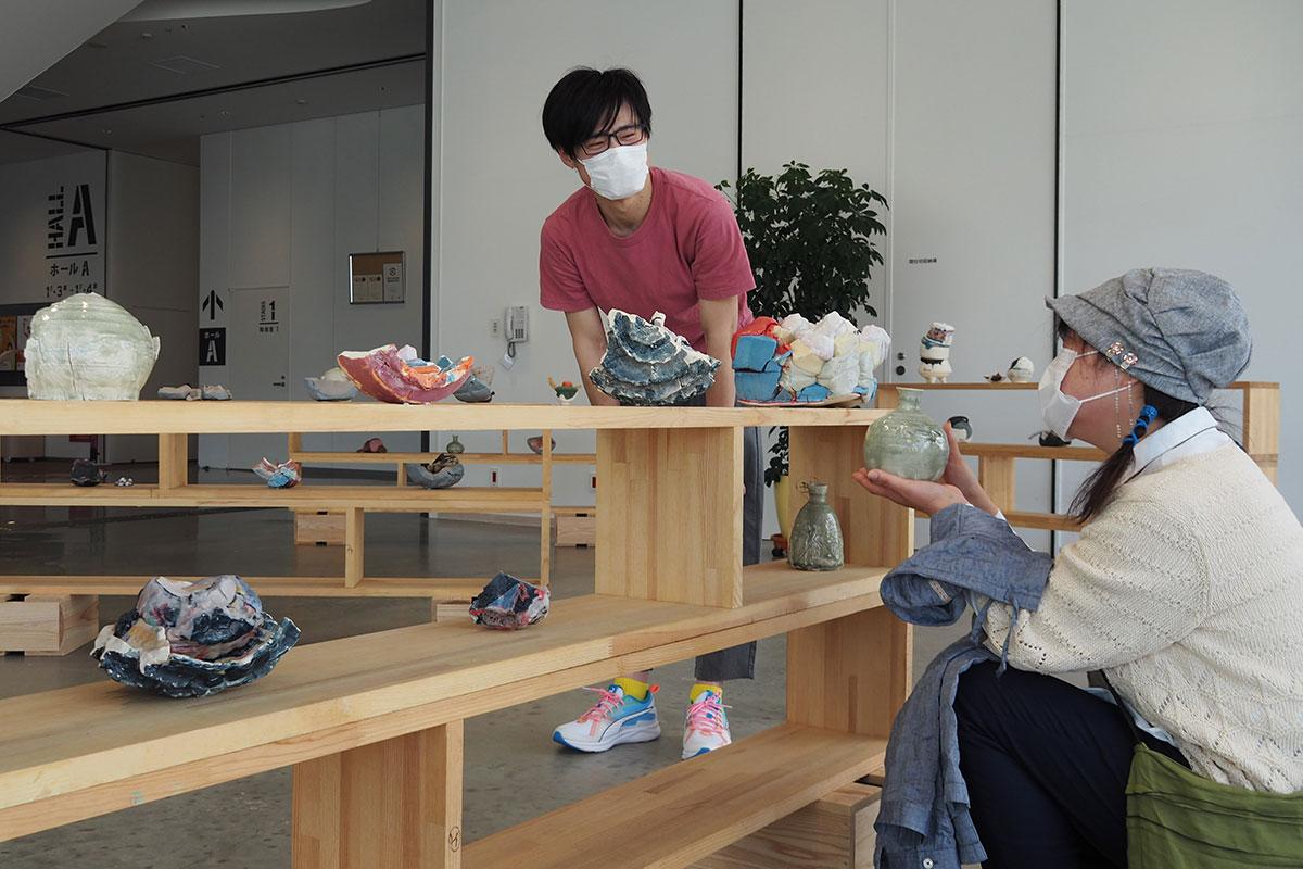 来場者と触れ合う澤田麟太郎さん(左)。作品の紹介やものづくりの思いを伝えた