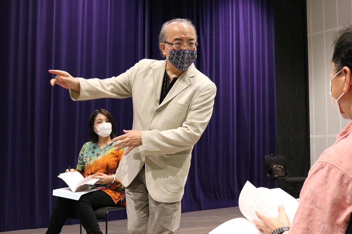 劇中場面のイメージを伝える山﨑理事長
