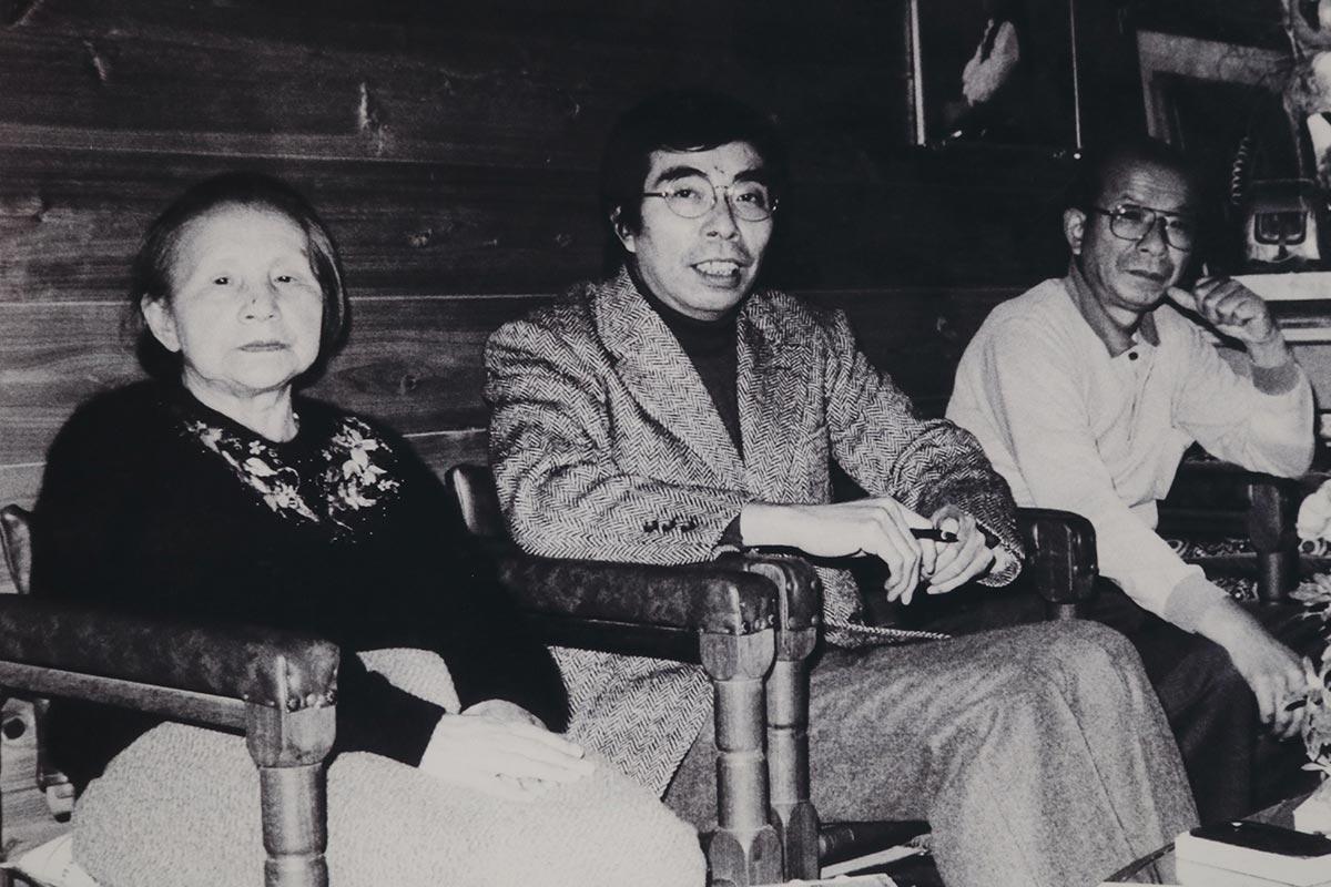 晩年の井上マスさん(左)。次男ひさしさん(中)、長男滋さんと釜石の自宅で