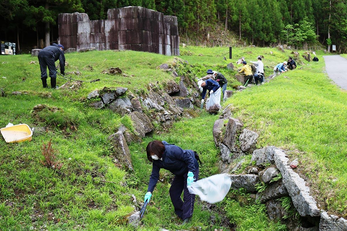 清掃は一番、二番高炉付近の水路跡を中心に実施