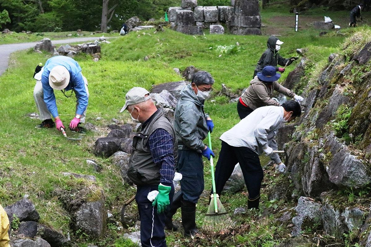橋野鉄鉱山の環境美化活動に励む参加者