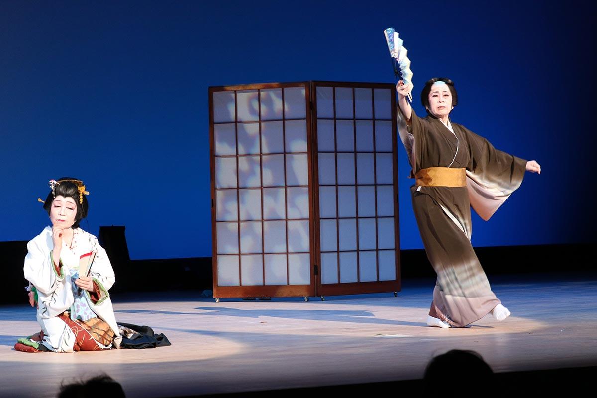 曲の世界観を円熟の舞で見せた「藤十郎の恋」。 細川艶柳華家元(右)らのステージ